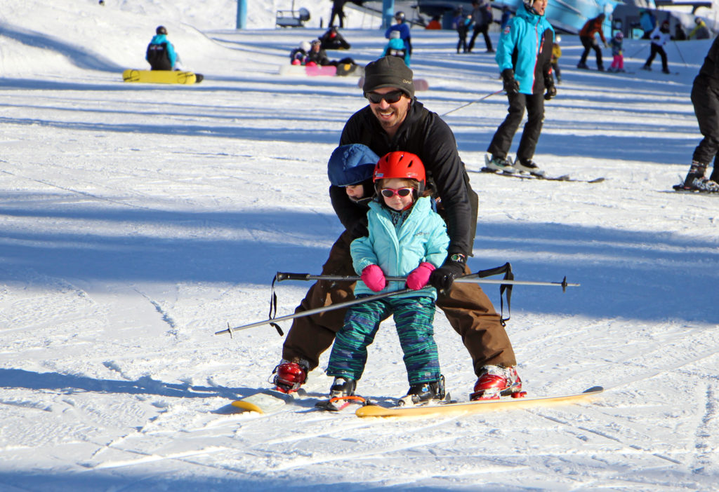 dad skis with kids
